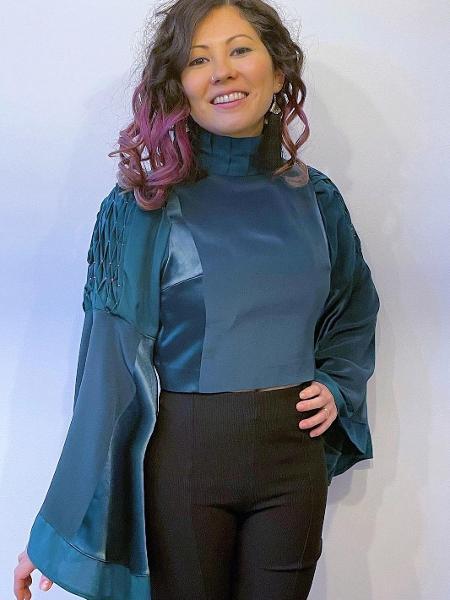 Cindy Hiekata e sua blusa criada com vestidos - Arquivo pessoal
