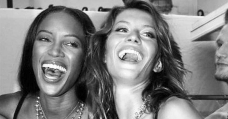 20.jul.2015 - No aniversário de Gisele Bündchen, a modelo Naomi Campbell homenageia a amiga com uma foto antiga das duas de sutiã.