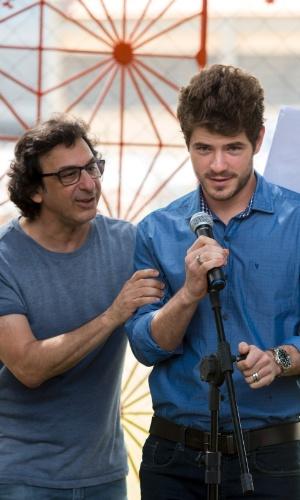 O diretor geral da novela, Carlos Araújo, orienta Maurício Destri no momento em que Ben anuncia a banda