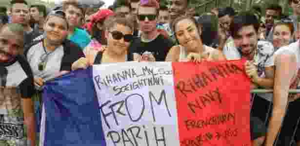 26.set.2015 - As francesas Yasmine Lautric, 18, e Sonia Bicki, 22, vieram de Paris para assistir ao show de Rihanna - Zulmair Rocha/UOL - Zulmair Rocha/UOL