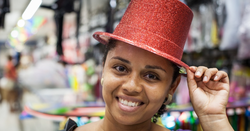 A cartola colorida é feita de glitter e custa R$ 6 na loja Império das Festas (Ladeira Porto Geral, 55 ? Centro/ SP)