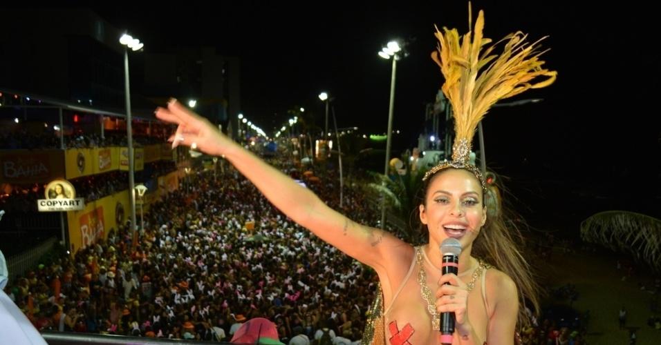 7.fev.2016 - Após torcer o pé enquanto se apresentava no sábado, Alinne Rosa voltou agitar o Carnaval de Salvador à frente do bloco Largadinho na tarde de domingo (7)