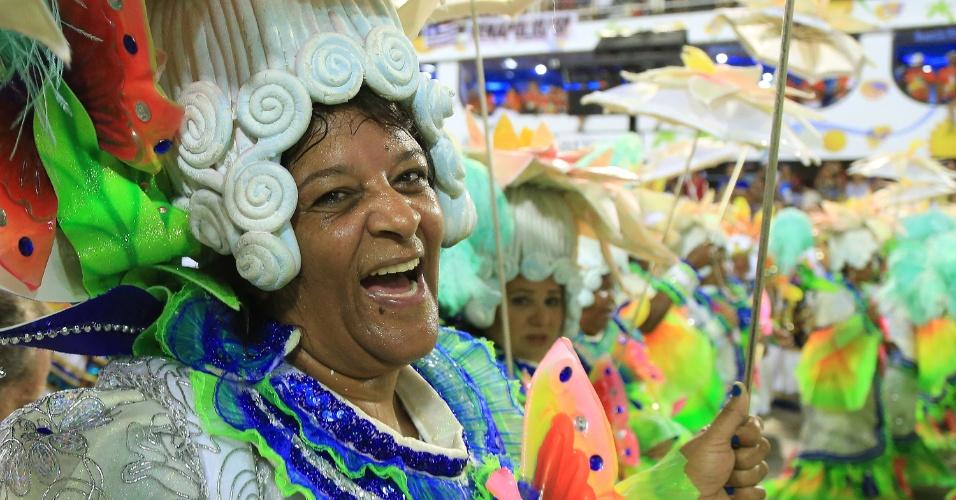"""9.fev.2016 - Portela trouxe o enredo """"No Voo da Águia, uma Viagem Sem Fim"""" com a marca pop do carnavalesco, saudando a águia, símbolo da escola, que fez uma viagem por toda a história da humanidade"""