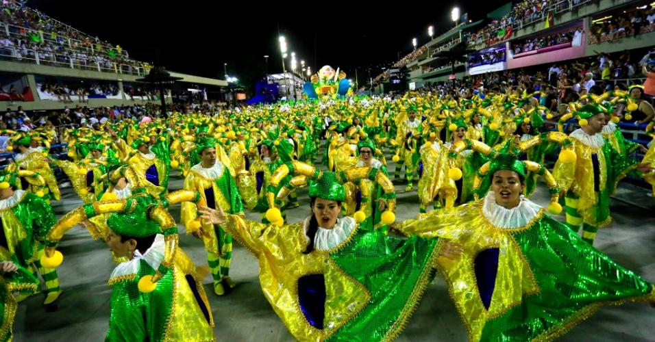 9.fev.2016 - Palhaço com as cores da bandeira do Brasil em carro representando o panelaço em São Clemente.