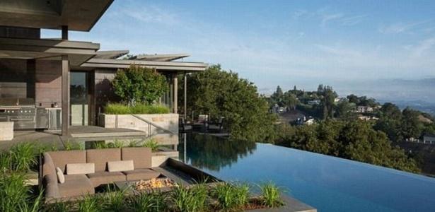 A casa tem piscina de borda infinita e um jardim com 60 árvores - Divulgação/Instagram