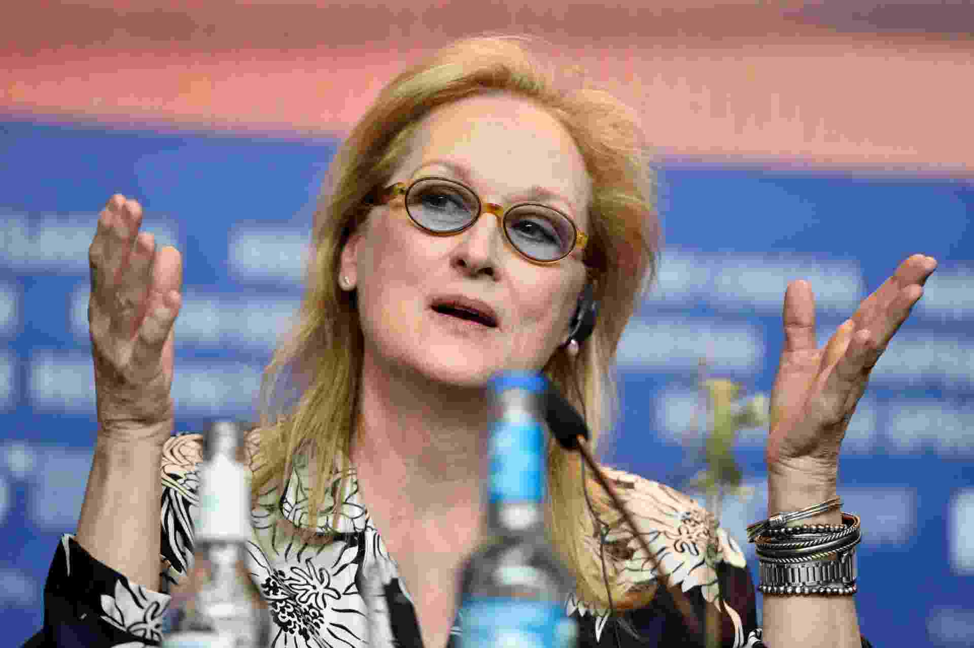 11.fev.2016 - A atriz Meryl Streep, presidente do júri internacional do 66º Festival de Berlim, atende jornalista durante coletiva na abertura do evento - Pascal Le Segretain/Getty Images