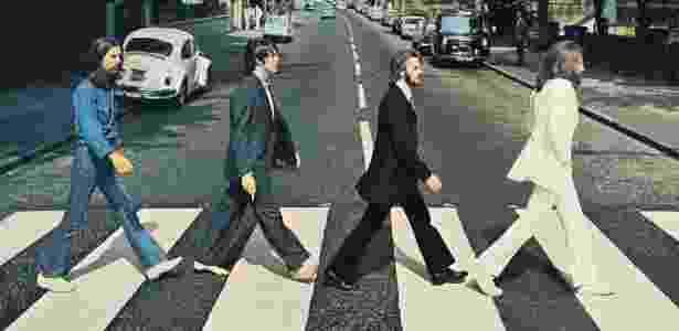 """Capa do álbum """"Abbey Road"""", dos Beatles, com o quarteto atravessando a faixa de pedestres em frente ao estúdio homônimo - Reprodução"""