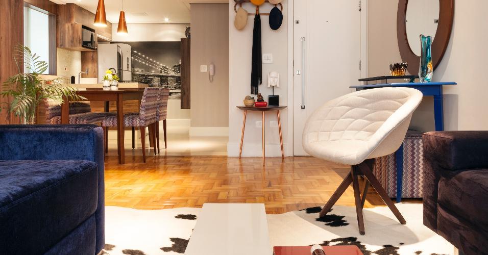A reforma idealizada pelo escritório Biarari & Rodrigues valorizou o piso de taquinhos, que foi recuperado e tratado com resina fosca. Na decoração, algumas peças reforçam o clima retrô, sem tornar o ambiente caricato