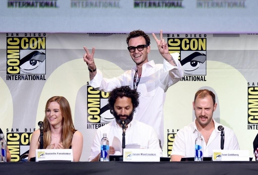 22.jul.2016 - Os atores Danielle Panabaker, Joseph Gilgun (em pé) e Jason Mantzoukas e o diretor Evan Goldberg no painel da série