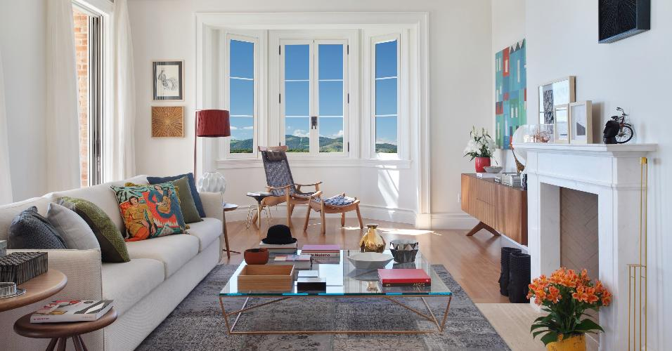 O arquiteto Otto Felix optou por móveis desenhados por designers brasileiros para decorar a sala de estar. A mesa de centro Cama de Gato, de Leonardo Bueno, a poltrona Leme, de Alfio Lisi; e o buffet Soma, do estudiobola, são alguns exemplos