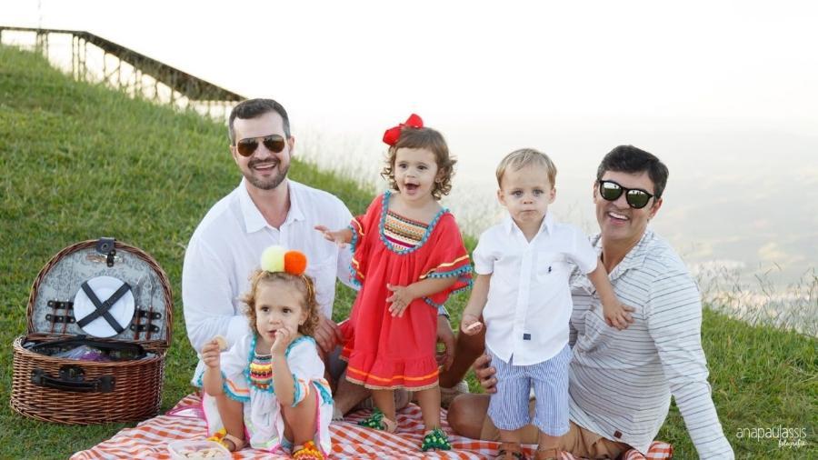 Pedro, Janderson e os filhos do casal, gerados por barriga de aluguel - Ana Paula Assis/Arquivo pessoal