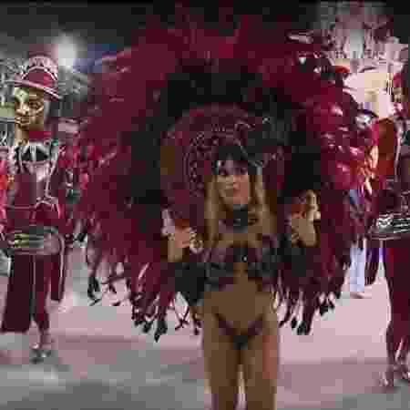 Nicole Bahls desfila pela Vila Isabel e sai mancando da Sapucaí - Reprodução/TV Globo