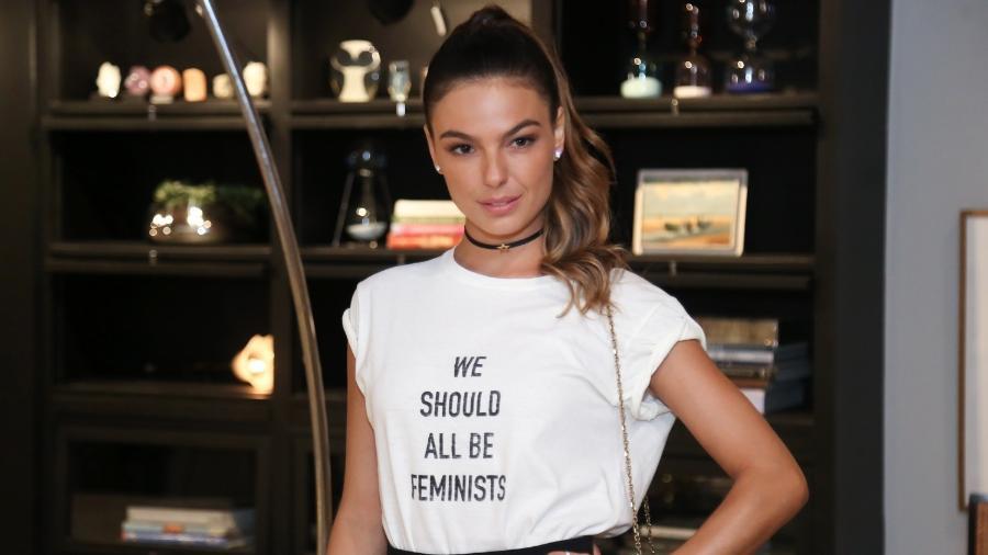 """Isis Valverde investiu na camiseta feminista da Dior para a coletiva de imprensa da novela """"A Força do Querer"""" - Roberto Filho/Brazil News"""