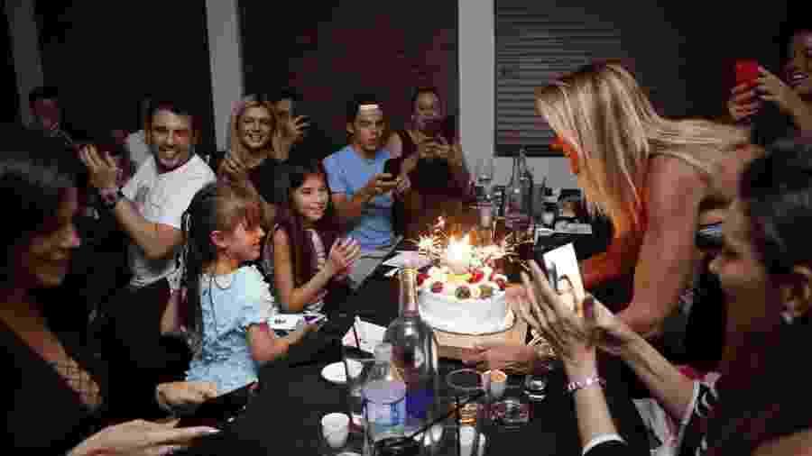 3e99f29743f7a Ticiane Pinheiro faz festa surpresa para Rafinha nos Estados Unidos ...