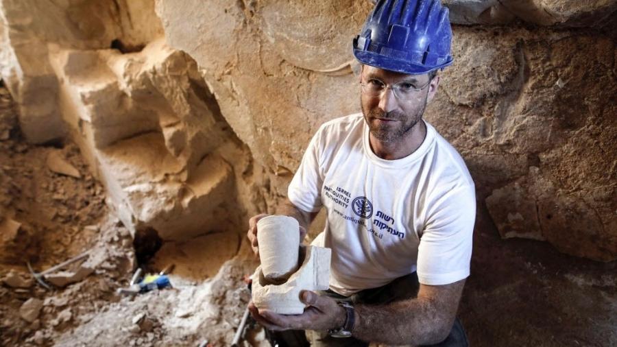 Yonatan Adler, diretor das escavações, mostra restos do que seriam taças - Menahem Kahana/AFP Photo