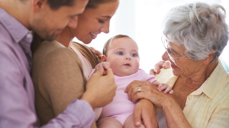 Fica a critério dos pais decidir se é melhor receber visitas na maternidade ou em casa - Getty Images
