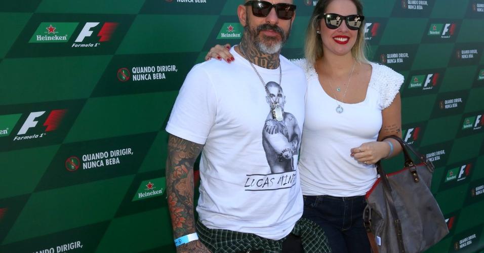 Henrique Fogaça vai com a namorada, a engenheira química Carine Ludovic, ao autódromo de Interlagos