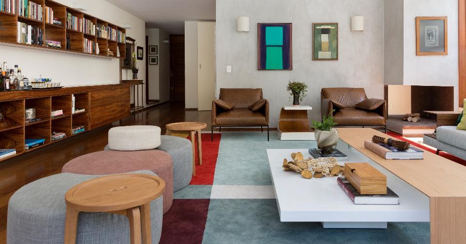 Nesta sala modernizada pela Díptico Design de Interiores, paredes, móveis e objetos apresentam uma paleta neutra e suave, deixando para o tapete com toques de cor alegrar a decoração e ressaltar as peças sobre ele