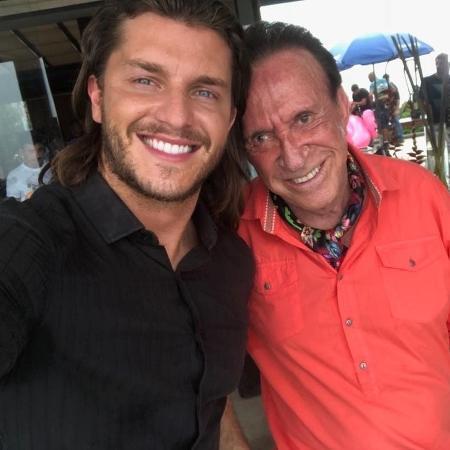 """Moacyr Franco publica foto com Klebber Toledo no intervalo de gravações da série """"Ilha de Ferro"""" - Reprodução/Instagram"""