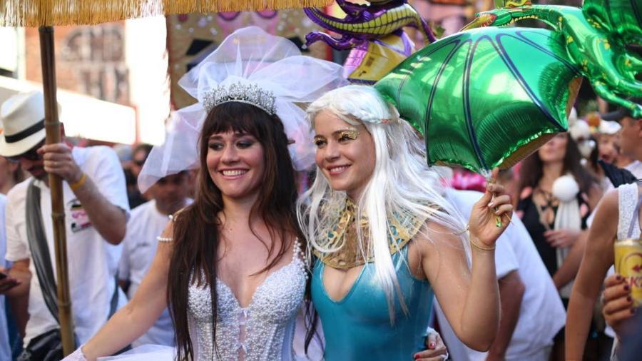Alessandra Negrini e Leandra Leal no desfile do Baixo Augusta em 2016 - Foto: Bruno Poletti / Folhapress
