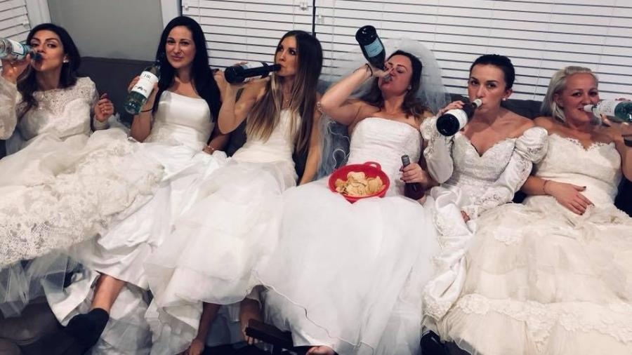 Amigas se vestem de noiva em festa de divórcio - Reprodução/Facebook