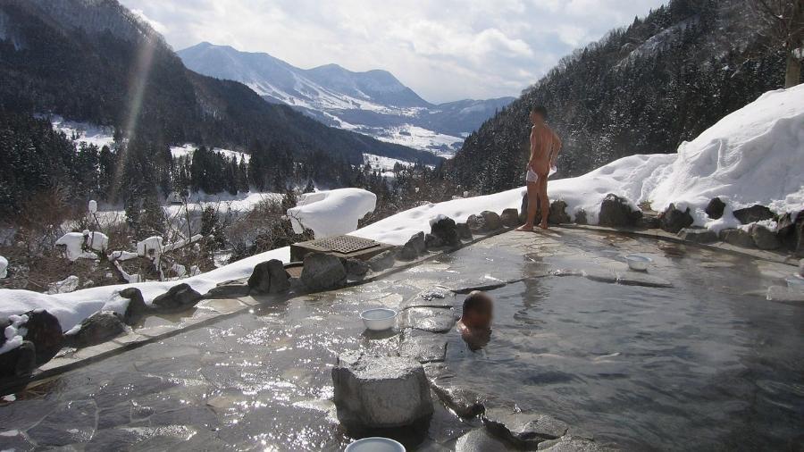 "Algumas casas de banhos termais japonesas oferecem vistas incríveis, como a ""onsen"" de Maguse - Yosemite/creativecommons.org/licenses/by-sa/3.0/deed.en"