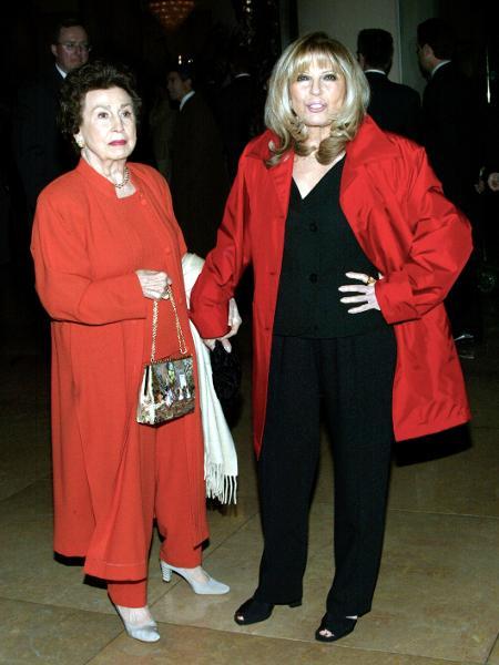 Nancy Sinatra foi a primeira mulher de Frank; na imagem, ela posa com sua filha, de mesmo nome - Getty Images