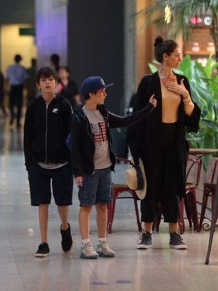 Maria Fernanda Cândido aparece ao lado dos filhos em clique raro - André Freitas/AgNews