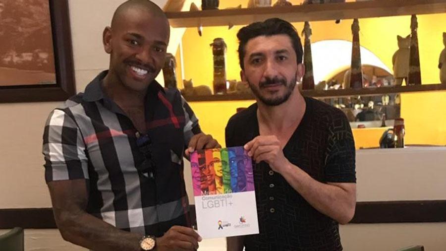 Nego do Borel visita casa que acolhe trans em SP e ganha manual da comunidade LGBT do ativista Agripino Magalhães - Divulgação