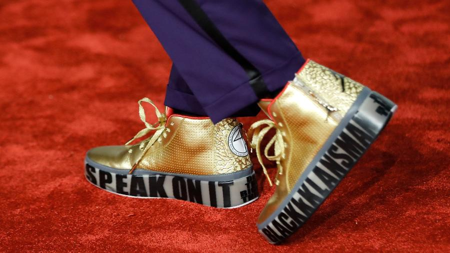 "Spike Lee usa tênis personalizado de ""Infiltrado na Klan"" na cerimônia do Bafta - Tolga AKMEN / AFP"