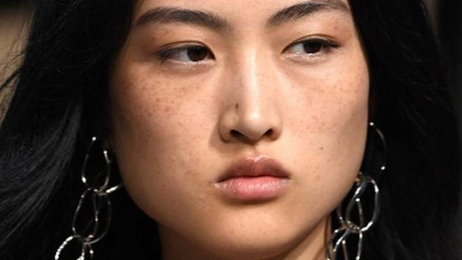 É raro que os chineses tenham sardas como as de Jing Wen - Getty Images
