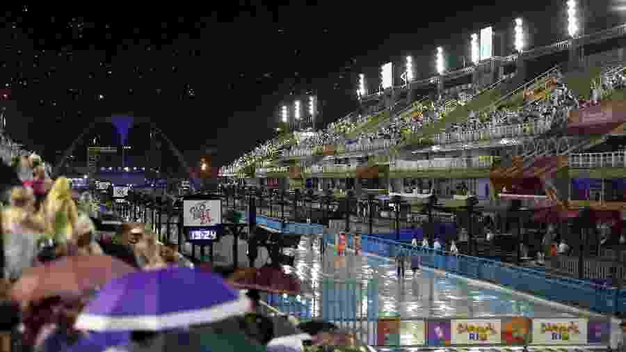 Chuva no Sambódromo do Rio, na Marquês de Sapucaí, no centro, momentos antes de começar o desfile  - Fábio Motta/Estadão Conteúdo