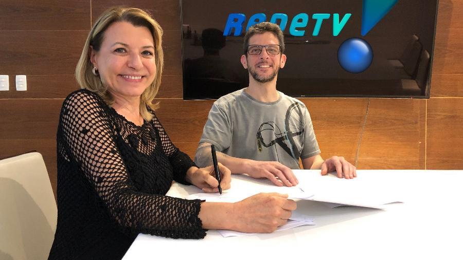 Olga Bongiovanni e o Superintendente Artístico, Ricardo de Barros, no momento da assinatura do contrato - Rede TV!