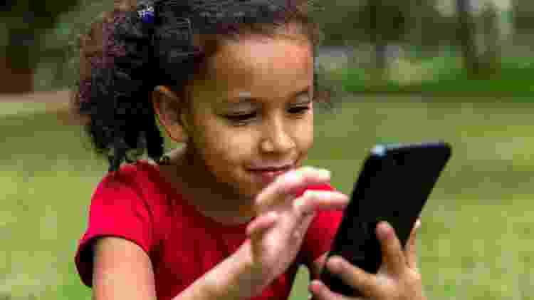 celular e criança - Getty Images/iStockphoto - Getty Images/iStockphoto
