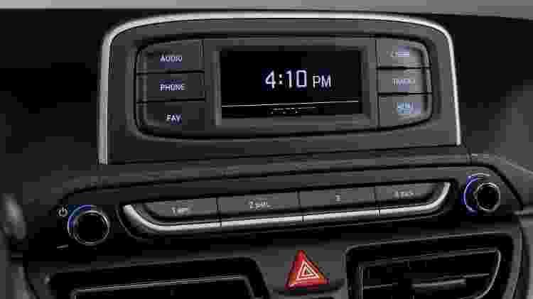 Som tem Bluetooth, USB e controles no volante, mas perde tela tátil colorida e traz apenas dois alto-falantes - Divulgação