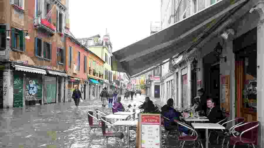 Rua inundada em Veneza, na Itália - Manuel Silvestri/Reuters
