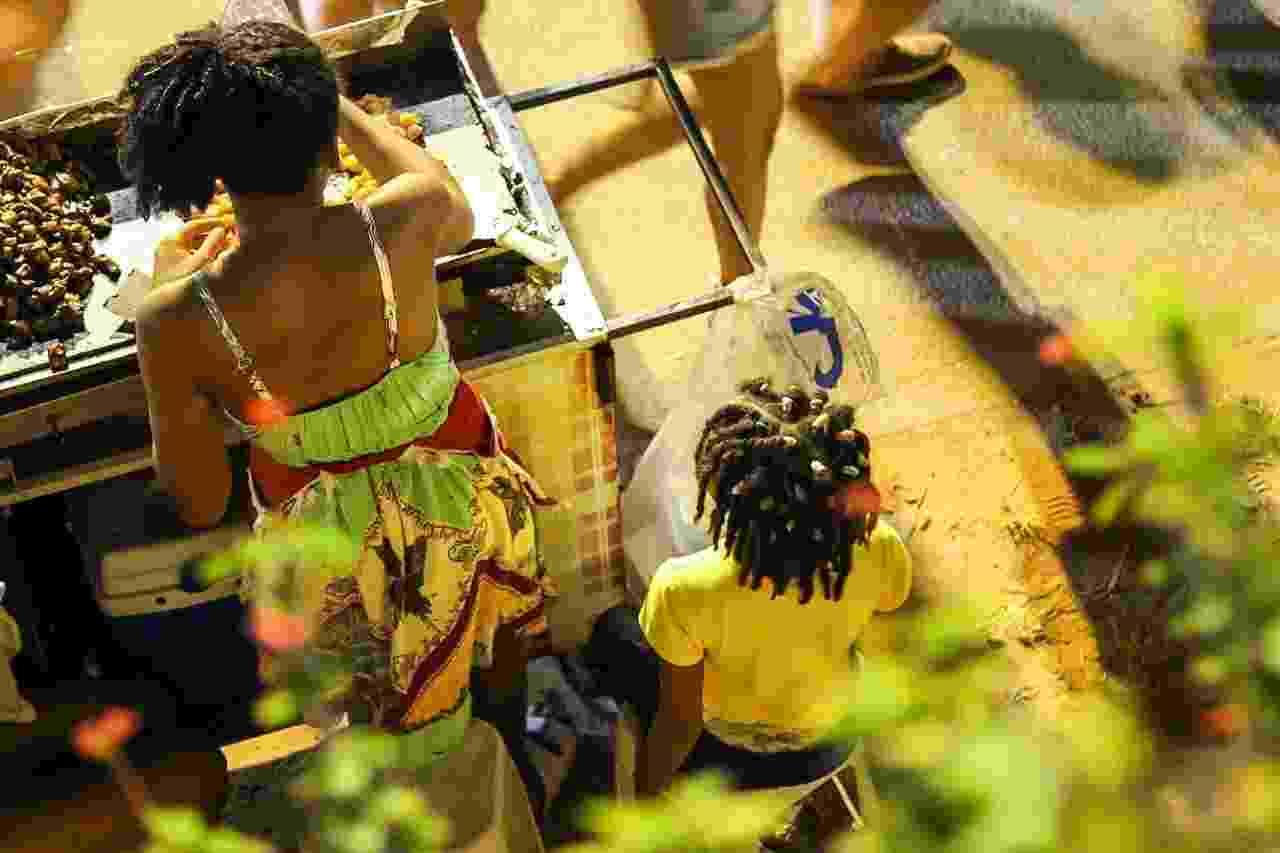 Ambulantes do circuito Barra-Ondina passam os seis dias da folia morando sob as lonas de suas barracas, na calçada - Soraia Carvalho/UOL