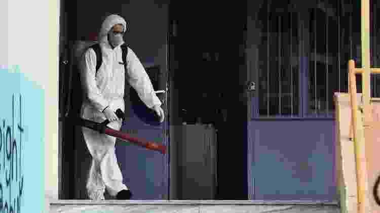 Escola é pulverizada em Thessaloniki, no norte da Grécia, para evitar a propagação do coronavírus - AFP - AFP