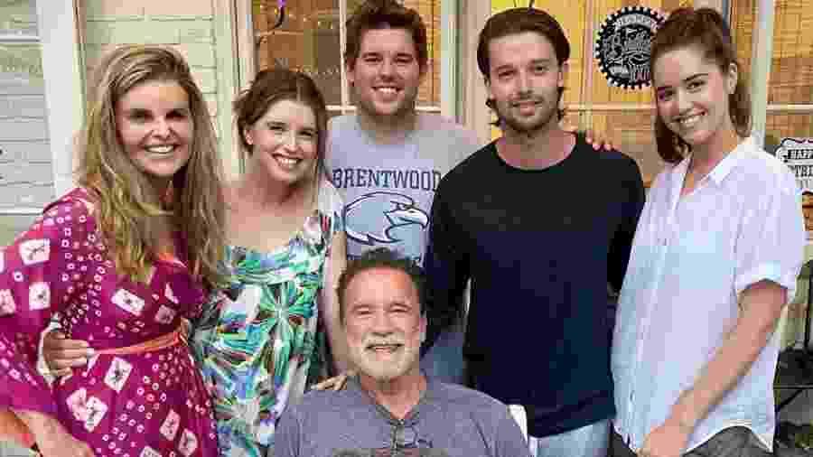 Arnold Schwarzenegger ao lado de ex-mulher e filhas - Reprodução/Instagram