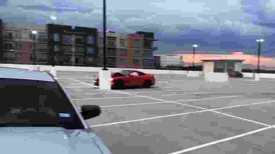 Mustang bate fazendo zerinhos em estacionamento - Reprodução