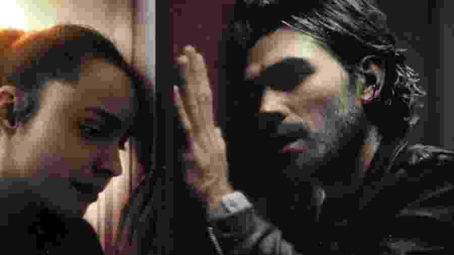 """Sofia Carson e KJ Apa em cena de """"Songbird"""" - Reprodução"""