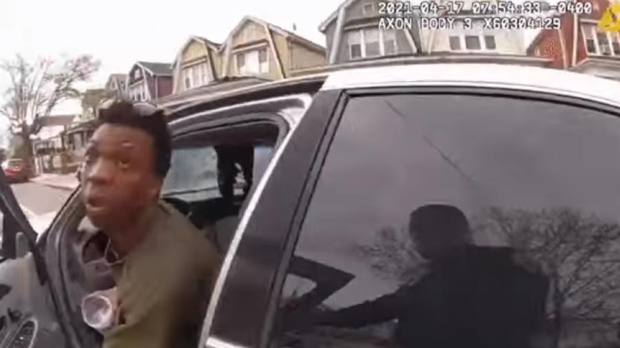 Homem joga produto químico em policial - Divulgação