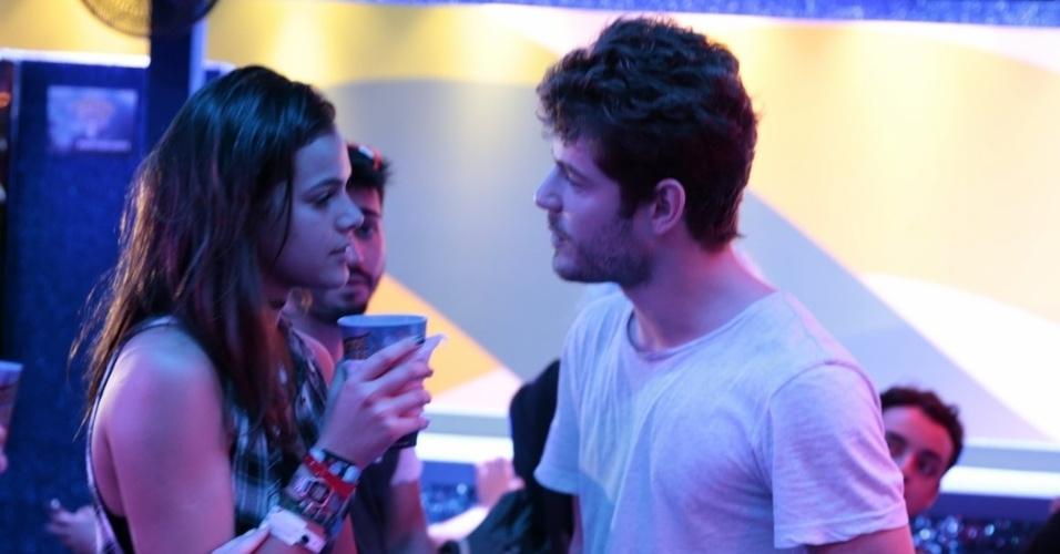"""20.set.2015 - Bruna Marquezine e Mauricio Destri têm uma conversa após passarem a noite em camarotes diferentes para evitar serem flagrados aos beijos. """"A gente não consegue viver em paz"""", desabafou o ator ao UOL"""