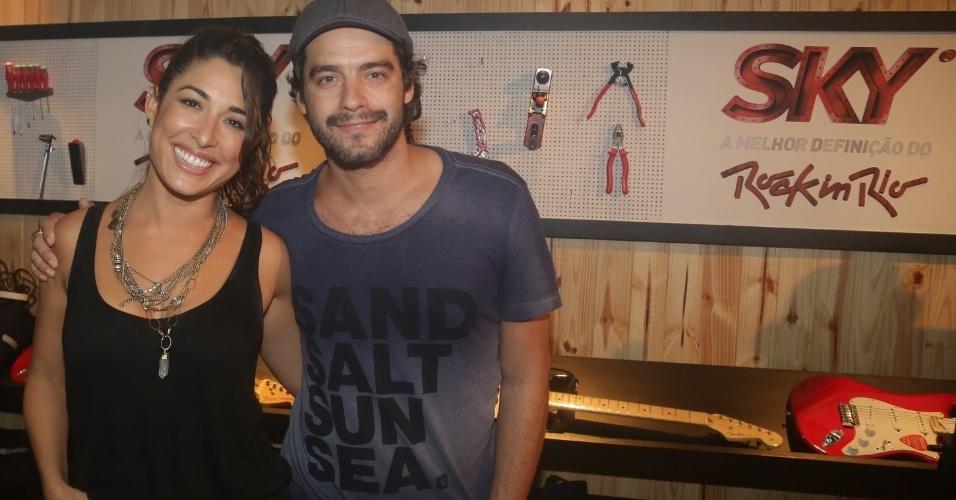 27.set.2015 - Um dia após serem vistos aos beijos, Guilherme Winter e Giselle Itié posam juntos em camarote do Rock in Rio