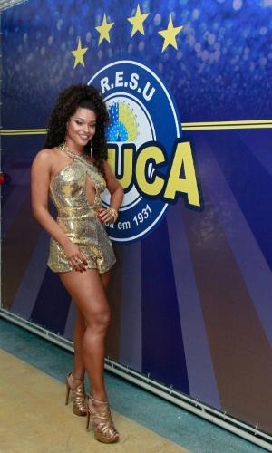 17.jan.2016 - Juliana Alves, rainha da bateria da Unidos da Tijuca, posa ao lado do brasão da Escola, durante ensaio.