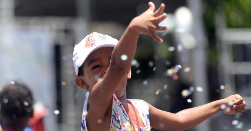 6.fev.2016 -Crianças acompanham os trios infantis no circuito Campo Grande, em Salvador