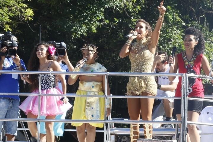 """7.fev.2016 - Com cerca de 1 hora de atraso, Ivete arrasta uma multidão com o trio Coruja em Campo Grande. Acompanhada de três participantes do programa """"The Voice Kids"""", da qual é jurada, Ivete cantou """"Alegria'"""