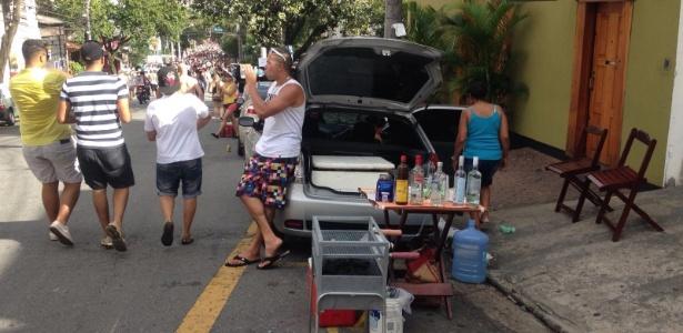 8.fev.2016 - Vendedores irregulares de bebida atuam na Vila Madalena, em São Paulo