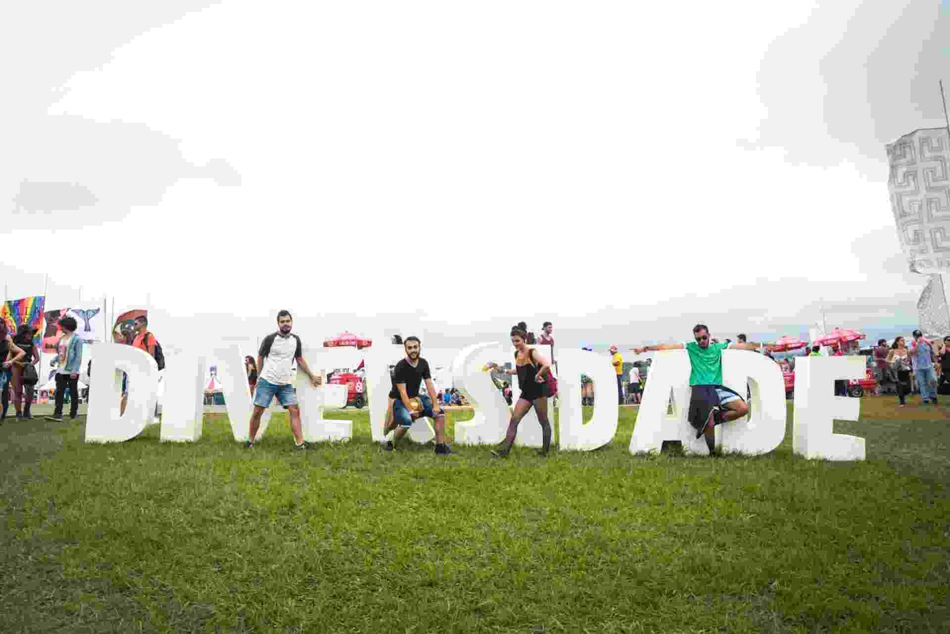 13.mar.2016 - Outro ponto que gerou bastante cliques do público do Lollapalooza Brasil 2016 foi o letreiro que trazia a palavra diversidade - Rafael Roncato/UOL