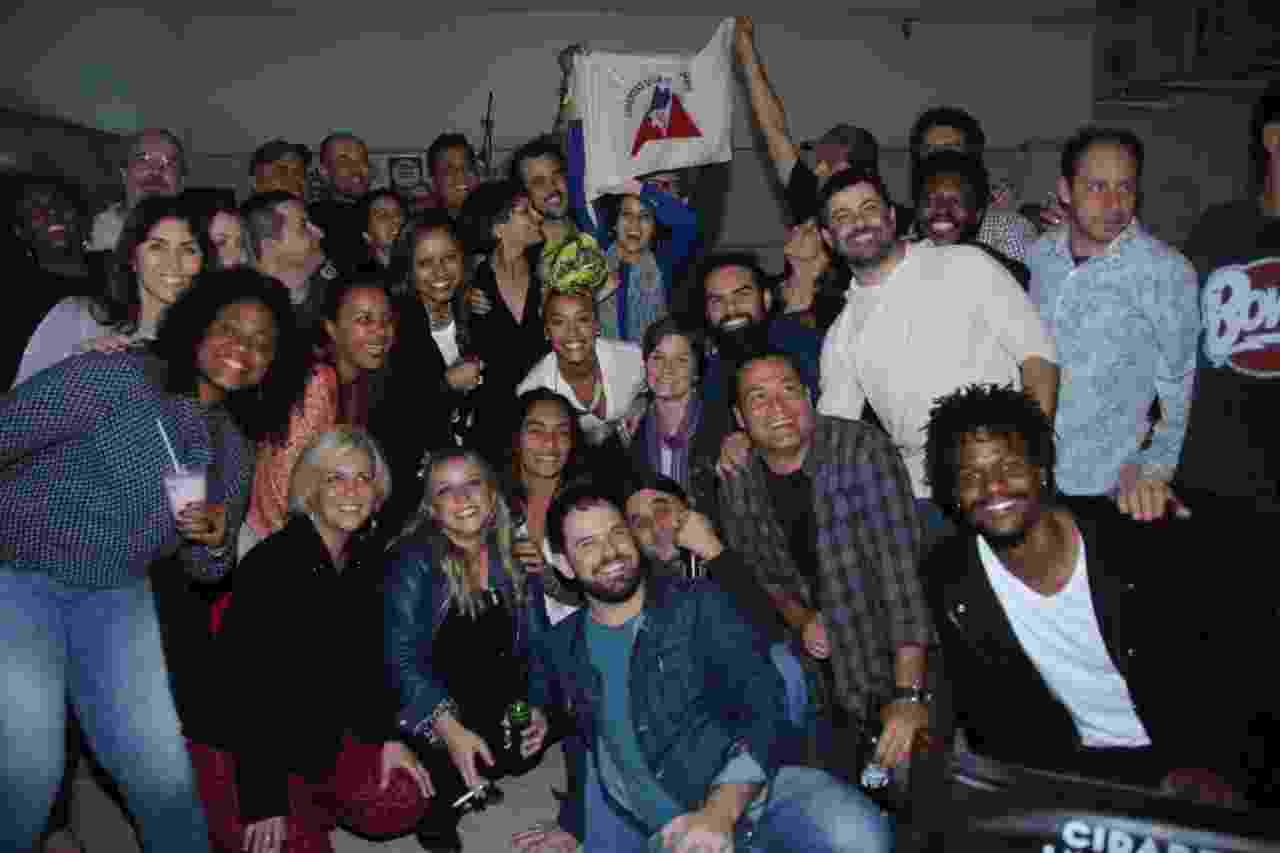 """30.jul.2016 - O elenco de """"Liberdade, Liberdade"""" se reuniu neste sábado em um bar no Recreio, no Rio de Janeiro, para se despedir da novela das 23h, que chegará ao fim na próxima quinta-feira - Daniel Pinheiro/Agnews"""
